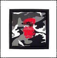 luxe-wanddecoratie-camouflage-grijs-met-rode-velours-applicatie