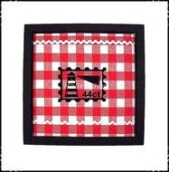 luxe-wanddecoratie-met-rode-ruit-en-zwarte-velours-applicatie