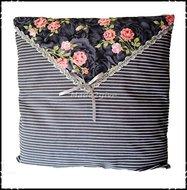 Kussenhoes-enveloppe-grijs-gestreept-met-roosjes