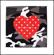 Wanddecoratie-Camo-met-polkadot-rood-hart