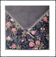 Wanddecoratie-grijs-met-roosjes-en-grijs-gestreept-opgevuld-en-doorgestikt-in-enveloppe-stijl