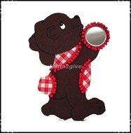 Wanddecoratie-beer-rood-aangekleed-met-spiegeltje-rechts