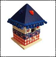 Vogelhuisje-puntdak-Holland-stijl-blauwe-dak-en-bolletjes