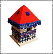 Vogelhuisje-puntdak-Holland-stijl-rood-dak-blauwe-bolletjes