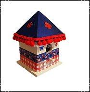 Vogelhuisje-puntdak-Holland-stijl-blauw-dak-rode-bolletjes